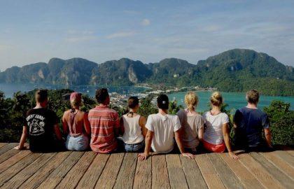 Alle Mitsegler entspannen und genießen die traumhafte Aussicht auf den Dschungel und die Zwillingsbucht im Golf von Thailand
