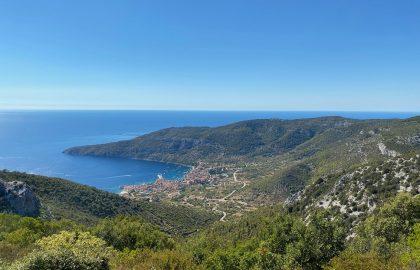 Wunderschöner Ausblick über Bucht mit Hafenstadt l sailwithus