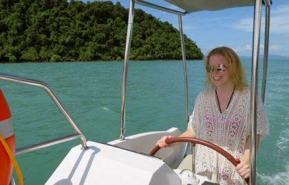 Mitsegeln, jeder packt mit an auf der Segelreise in Thailand