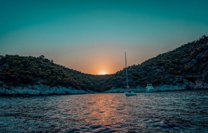 Toller Sonnenuntergang in der Bucht von Dokos in Griechenland