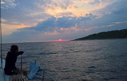 Die Natur an der Deck der Yacht genießen l sailwithus