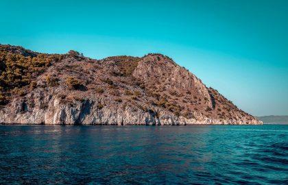 Felsen direkt am Wasser in Spetses Griechenland