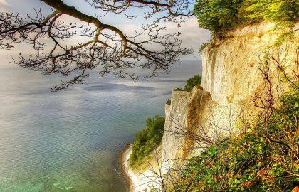 Tolle Aussicht auf die Ostsee mit schroffer Klippe, klares Wasser lädt zum Segeln ein