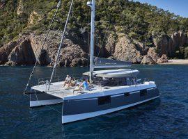 Moderner Segel Katamaran mit Crew an Board an der Mittelmeerküste