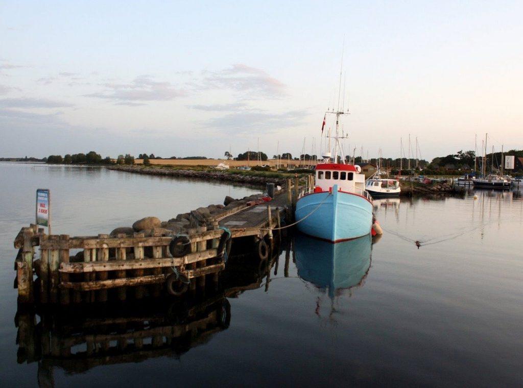 Kleiner Yachthafen in der Ostsee, flaches Land, schöne Wanderung und Segelurlaub